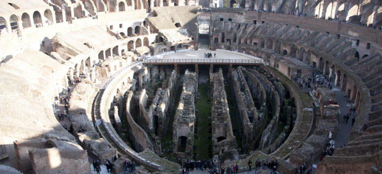 Visitar los subterráneos del Coliseo romano.